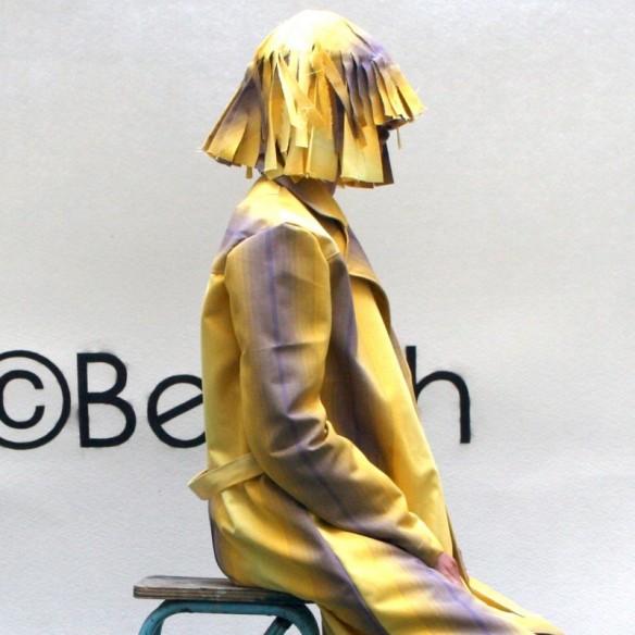 Perruque contemporaine jaune