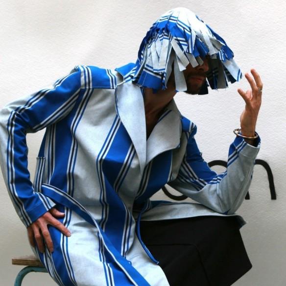 Perruque contemporaine bleue